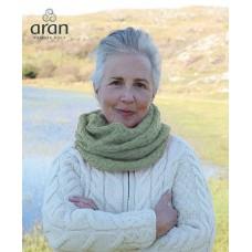 Aran Woollen Mills - gestrickter Loop-Schal mit Zopfmuster